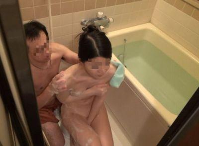 風呂に入ってる息子の嫁を襲う義父