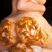 スカトロマニアの極み顔面脱糞塗り食便