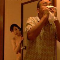 息子の嫁のオナニーを覗き見る義父