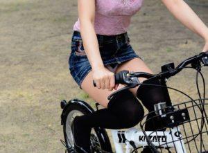 ミニスカで自転車に乗る女